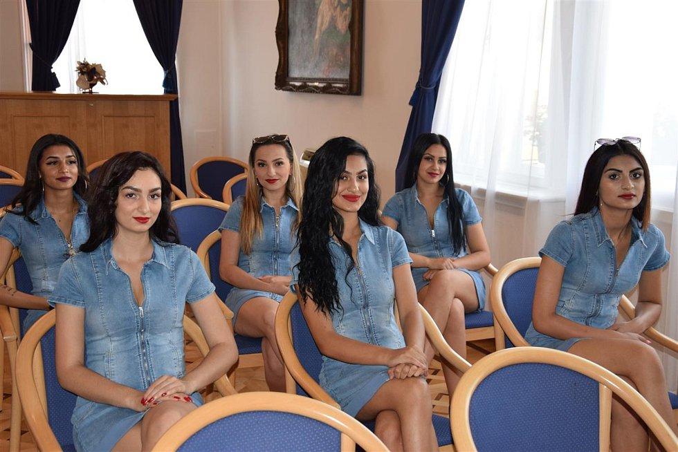 V Hodoníně se už připravují krásky na sobotní finále Miss Roma 2019, které se uskuteční v sobotu večer v tamním kulturním domě. Na radnici je přivítal starosta Libor Střecha. Foto: Josef Horníček