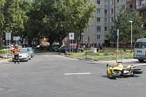 Řidič auta nedal přednost motorkáři. Ten spadl a musel do nemocnice.