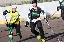 Mladý sudoměřický útočník Dominik Tóth (ve žlutém) se v nedělním utkání proti Třinci střelecky neprosadil.