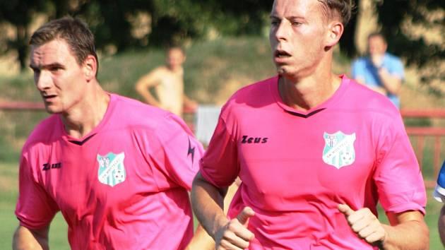 Fotbalisté Kostelce se ve třetím kole okresního přeboru dočkali prvního letošního vítězství, když zvítězili na hřišti v Zarazicích 2:0.
