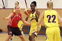 Nejstarší hráčkou Kyjova v ženské basketbalové oblastní lize je čtyřiadvacetiletá Ornella Monteiro (na snímku ve žlutém).