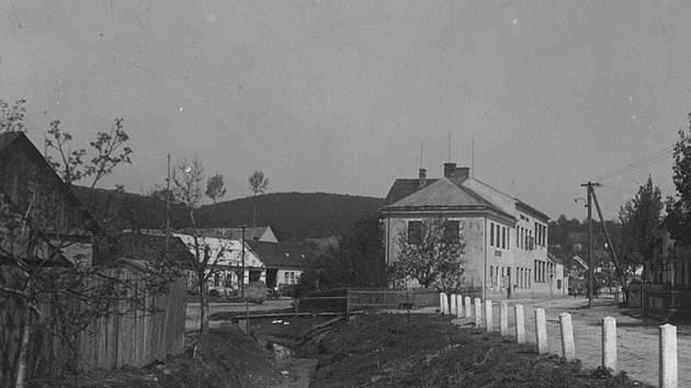 Budova obecního úřadu na dobové pohlednici