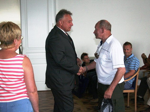 OCENĚNÍ. Starosta města Hodonín Lubor Šimeček ocenil mimo jiné i služby celoživotního trenéra juda Milana Kavana.