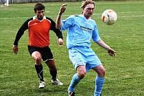 Mladý útočník Hroznové Lhoty Antonín Náhlík (v modrém) zazdil největší tutovku hostujícího.Celek z Veselska prohrál v Žarošicích 0:2.