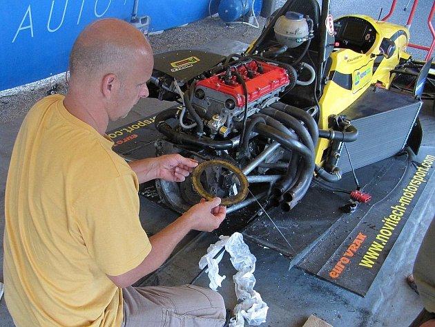 Mechanik při demontáži převodovky a spojky formule Reynard 032 F3.