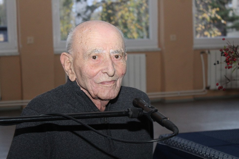 Bernard Papánek při listopadové besedě ve Vracově.