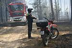 Situaci sleduje i hasič na terénním motocyklu.