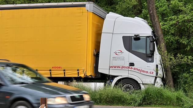Ranní dopravní nehoda ve Velkomoravské ulici v Hodoníně. Kamion narazil do stromu.