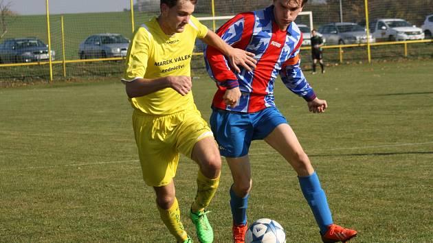 Fotbalisté Kozojídek (ve žlutém dresu) stále nenašli v okresním přeboru přemožitele a po čtyřech kolech se drží v čele soutěže.