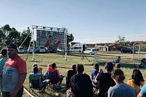 V sobotu si dobrovolníci dopřáli oddech v podobě sledování fotbalového zápasu.