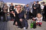 Kyjovští přivítali jaro zpěvem. V neděli odpoledne se před tamní radnicí sešly ženské a mužské pěvecké soubory a desítky lidí. Užívali si slunce, vína a hlaholivého zpěvu.