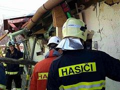 Pět jednotek hasičů vyjíždělo v neděli ráno do Čejkovic, aby zajistlo chatu před zřícením.