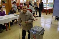 Manželé Úlehlovi z Hodonína šli volit, přestože je to o berlích stálo nemalé úsilí.