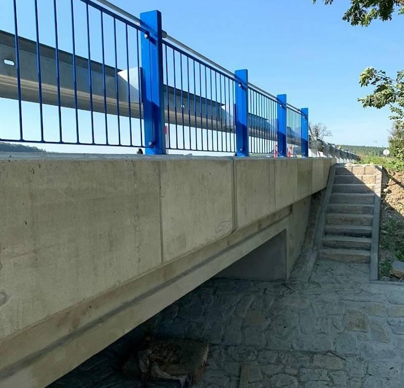 Nový most na silnici I/71 přes Rybnický potok mezi Velkou nad Veličkou a slovenskou obcí Vrbovce.