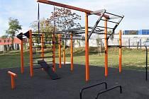Venkovní posilovna je vybavena mnoha cvičebními prvky.