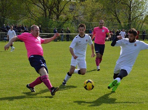 Fotbalisté Dolních Bojanovic (v bílých dresech) doma znovu neinkasovali, když v 17. kole okresního přeboru porazili Kostelec 2:0.
