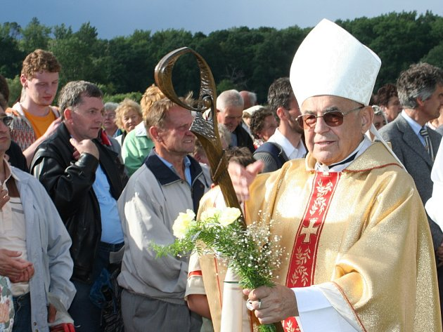 Kardinál Vlk sloužil mši v Mikulčicích