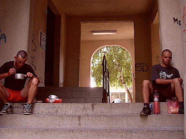 Mladíci při obědě v Bělehradě.