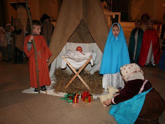 Živý betlém sehrály děti z MŠ Štefánikova v Hodoníně.