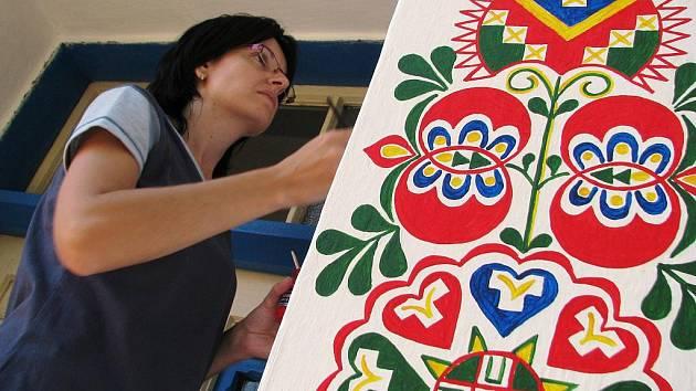 Obec se stará o tradiční malby na domě jednoho z obyvatelů. Sám už na to nestačí.