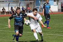 Kyjovský obránce Ivo Rajsigl (vlevo) bojuje o míč s ratíškovickiým záložníkem Viktorem Šimkem. Domácí v derby zvítězili 2:0.