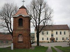 Nenkovická zvonice se stala kulturní památkou. V obci stojí více než sto let a stále několikrát denně vyzvání.