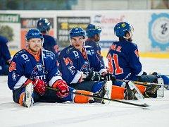 Hokejisté Hodonína zvládli těžkou šichtu s Novým Jičínem, výhru 4:2 slavili společně s věrnými fanoušky. Drtiči rozhodli sobotní duel v závěrečné části. Gól dali i Jakub Kadlec (vlevo) s Petrem Jurčou (uprostřed).