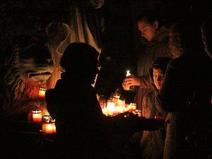 Na výzdobě hrobů si lidé dávají záležet. Přibývá ale i opuštěných pomníků