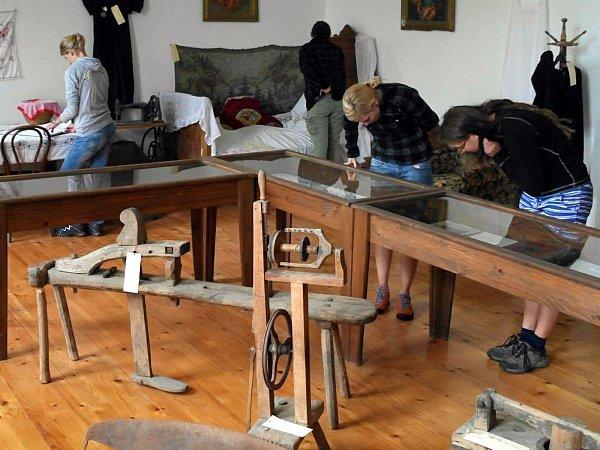 Čtyři dobrovolníci zHodonínska pomáhali krajanům ve vesnici Češko Selo vrumunské části Banátu. Setkali se ise starostou obce a navštívili tamní muzeum.