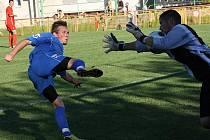 Útočník Mikulčic Vladimír Blaha (v modrém) nedokázal zblízka překonat brankáře Vnorov jandu. Baník nakonec vyhrál 3:0.