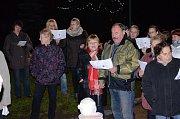 V Domaníně si před obecní úřad přišlo zazpívat více než sto lidí.