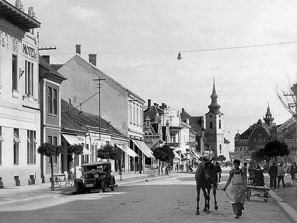 Obchodní dům Antonína Novotného později stál vmístě nízkých domků vlevo.