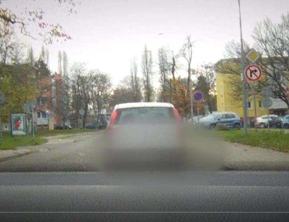 Ani několikaletá blokace řidičského oprávnění nezabránila nezodpovědnému šoférovi, aby opakovaně usedal za volant.