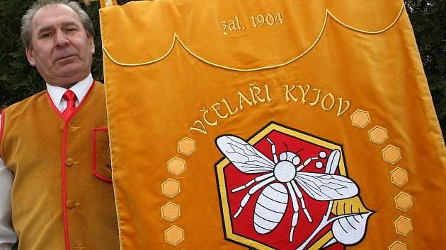 Kyjovští včelaři mají svůj prapor. Nechali si ho i vysvětit.