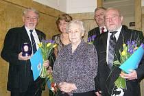 Čtyři patrioti pro rok 2009 - uprostřed předávající žena vdova po generálovi Šiškovi. Jan Kux úplně vpravo.