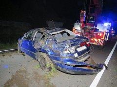 Mladý řidič zbytečně riskoval. Při havárii otočil auto na střechu a zranil se.