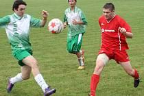 Fotbalisté Vnorov (v červeném) porazili na pohárovém turnaji v Tvarožné Lhotě domácí tým i Kněždub.