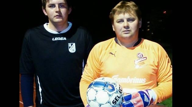 Hrající kouč Vlkoše Miroslav Čada(vpravo) se konečně dočkal. V mistrovském zápase nastoupil od první minuty se synem Tomášem.