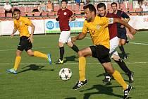 Fotbalisté Mutěnic (ve žlutých dresech) ve vloženém 14. kole krajského přeboru zdolali brněnskou Spartu 4:2 a udrželi se v čele tabulky.