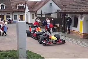 Vinaři z jihomoravských Prušánek se ve čtvrtek nestačili divit. Monopost formule 1 burácel v tamním sklepním areálu Nechory. Na Hodonínsku natáčel štáb Red Bullu.