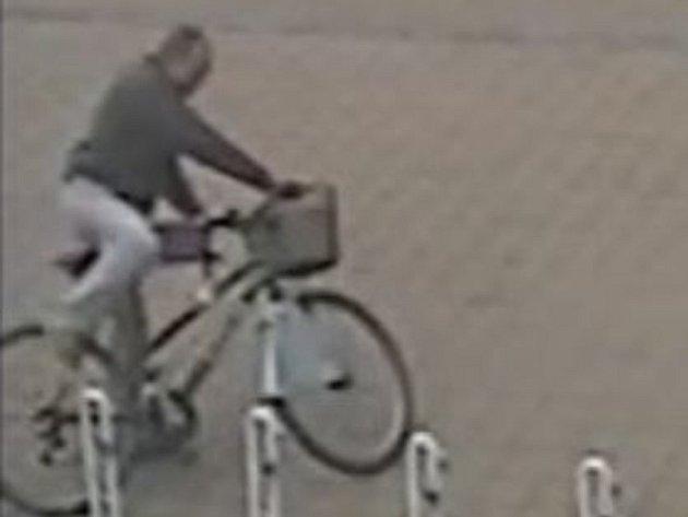 Policisté hledají důležitého svědka z fotografie. Kvůli události ve sportovní hale TEZA v Hodoníně. .