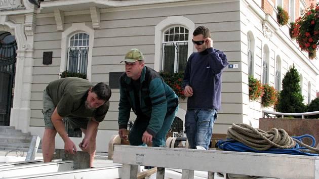 Zaměstnanci hodonínského Domu kultury připravují pódium před návštěvou prezidenta republiky.