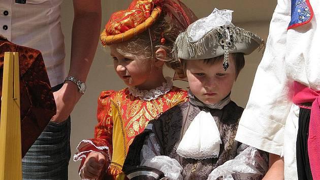 Kostýmy pro děti na zámku v Miloticích.