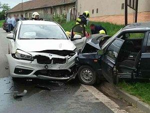 Srážka dvou osobních aut uzavřela silnici číslo 422 u Čejkovic na Hodonínsku.