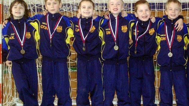 Sedm statečných fotbalistů mladšího výběru fotbalové přípravky FC Nesyt Hodonín skončilo na mezinárodním turnaji ve slovenském Pezinku, který tam pro kategorii U7 uspořádal Slovan Bratislava, na druhém místě.