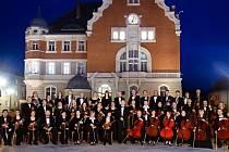 Hodonínský symfonický orchestr před radnicí.