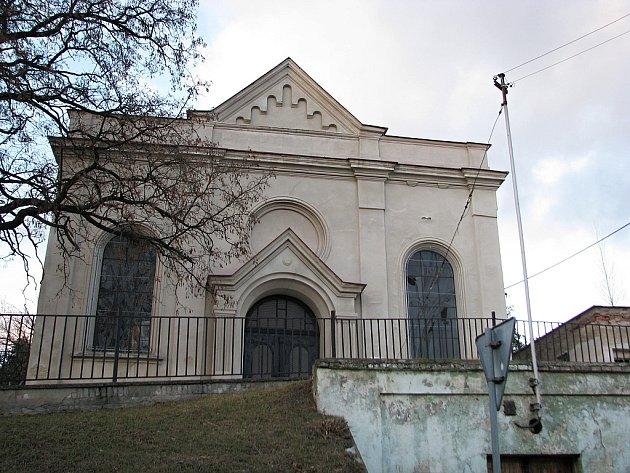 Příspěvek na opravu střechy získala vloni síň bzeneckého židovského hřbitova.