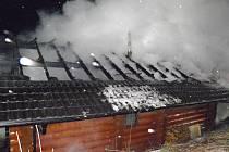 Vyhořelá chata v Čeložnicích. Foto: hasiči