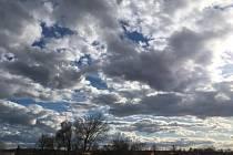 Ztemnělé nebe nad Hodonínem bere dech.