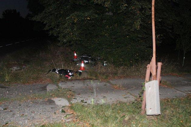 Motocyklista nevybral zatáčku a uLipova narazil do stromu.